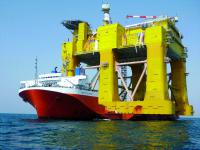 The pictures can hardly convey the sheer size. In practice, DolWin Beta reaches a height of around 90 m and weighs 23,000 t.