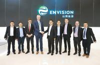 Envision CEO, Zhang Lei, and LM Wind Power CEO, Marc de Jong, shake hands to mark the announcement of the 71.8 meter blade to be developed for Envision. (Photo: LM Wind Power)